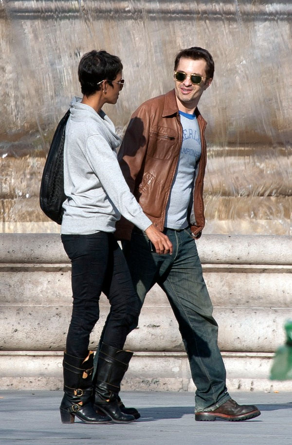 Halle Berry & Olivier Martinez Stroll Through Paris